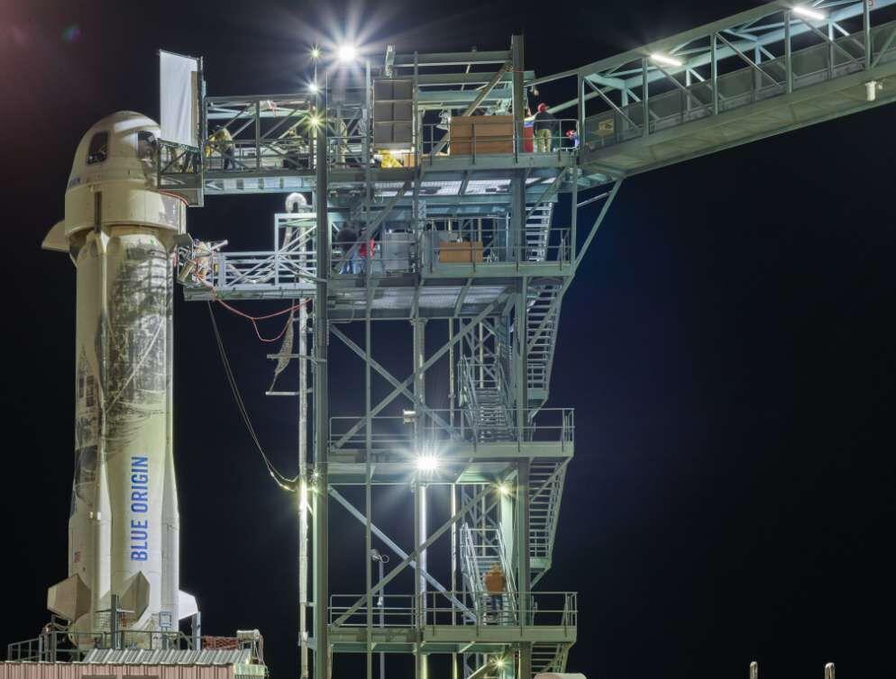 """""""Le New Shepard a volé jusqu'à 107 kilomètres d'altitude offrant aux quatre passagers un spectacle comparable à celui réalisé par le SpaceShipTwo de Virgin Galactic qui a volé 20 kilomètres plus bas ! Mais, et cela pourrait devenir deux atouts majeurs pour Blue Origin, la période d'apesanteur est plus longue pour les passagers du New Shepard et ils sont reconnus comme astronautes par la Fédération aéronautique internationale, contrairement à ceux du SpaceShipTwo qui sont classés « astronautes » seulement par les États-Unis."""""""