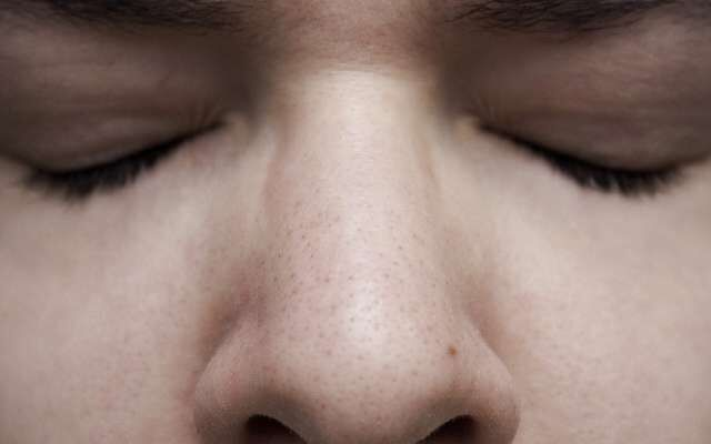"""Les ficelles tirent sur les oreilles, la partie rigide qui fait tenir le masque sur le nez """"démange et l'environnement chaud et humide créé par la respiration favorise l'apparition ou l'aggravation de toutes sortes de problèmes de peau, dont la « mascné »."""""""