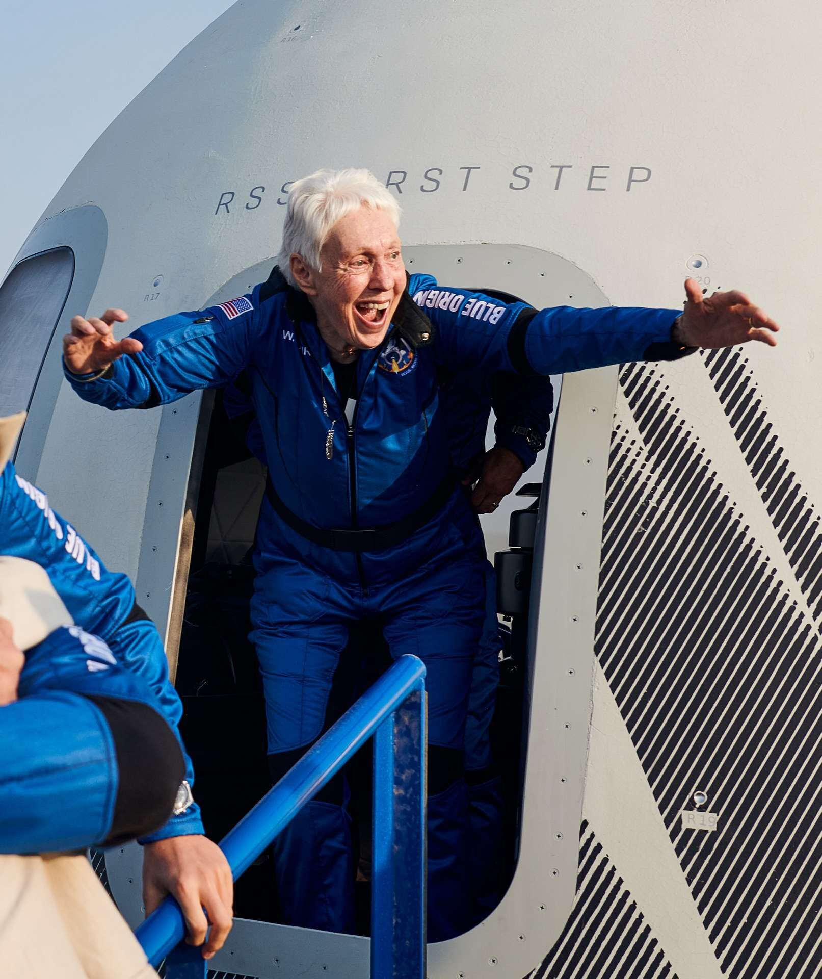 Wally Funk, à 82 ans, a accompagné Jeff Bezos, son frère, et Oliver Daemen dans le premier vol spatial habité de Blue Origin qui s'est déroulé avec succès ce mardi 20 juillet. L'aviatrice américaine cumulant 19.600 heures de vol est la personne la plus âgée à avoir voyagé dans l'espace.